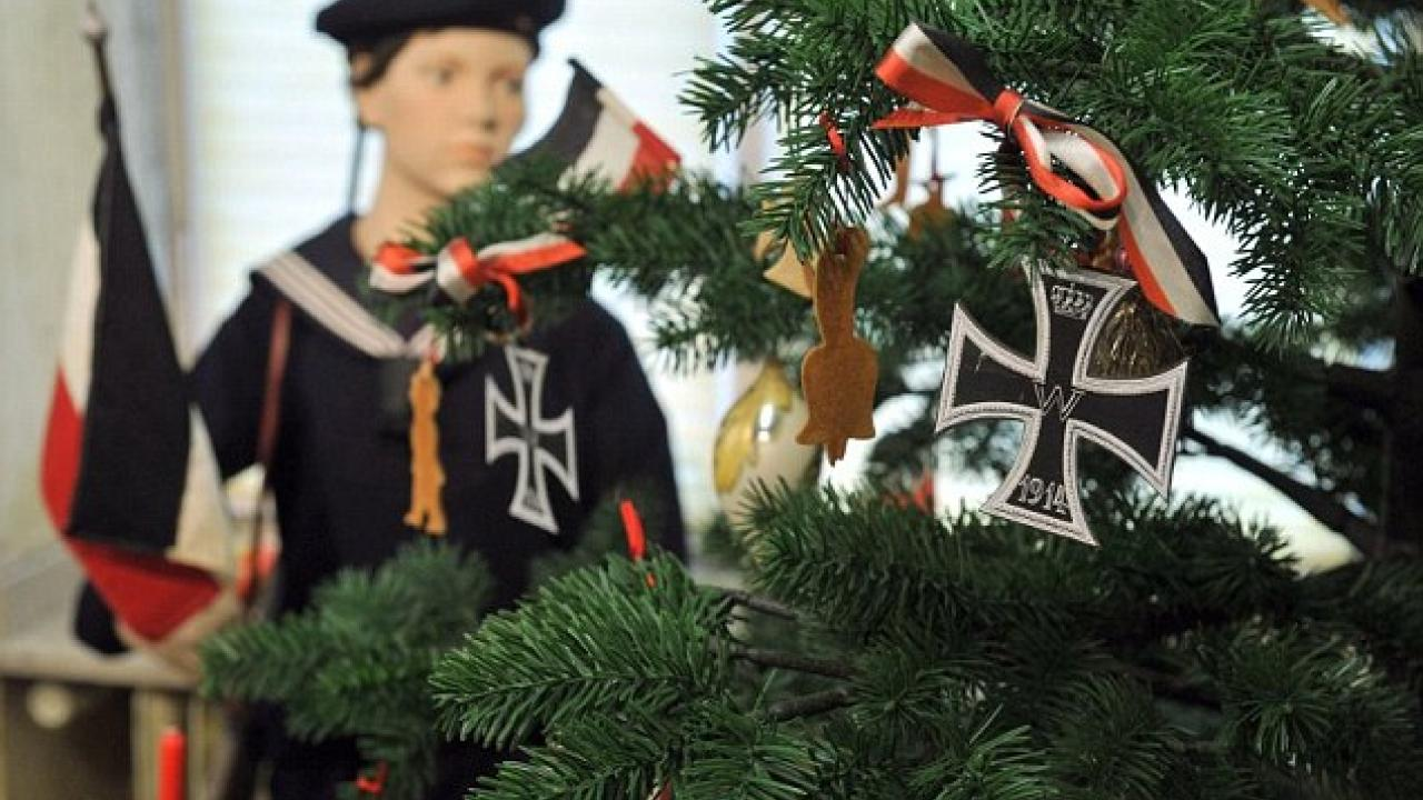 8fe84662555 Χριστούγεννα με Γ' Ράιχ: Τα Jumbo πουλάνε σακούλα με τη σβάστικα και τον  Χίτλερ