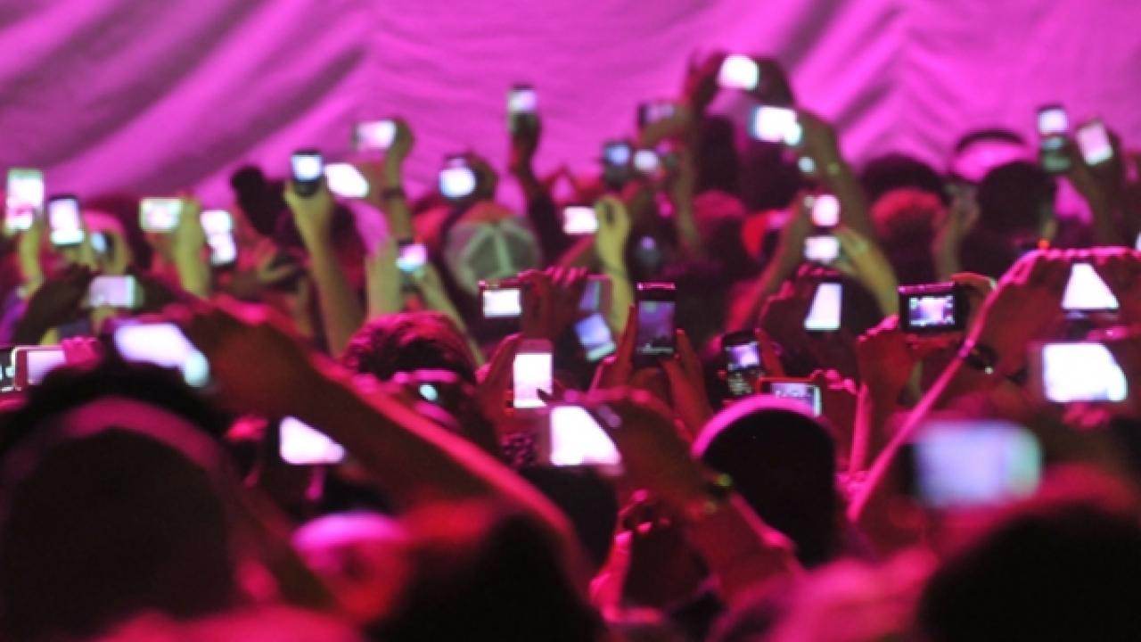 Πώς θα μπει τέλος στα βίντεο και τις φωτογραφίες από κινητό σε συναυλίες και θέατρα   Το Κουτί της Πανδώρας