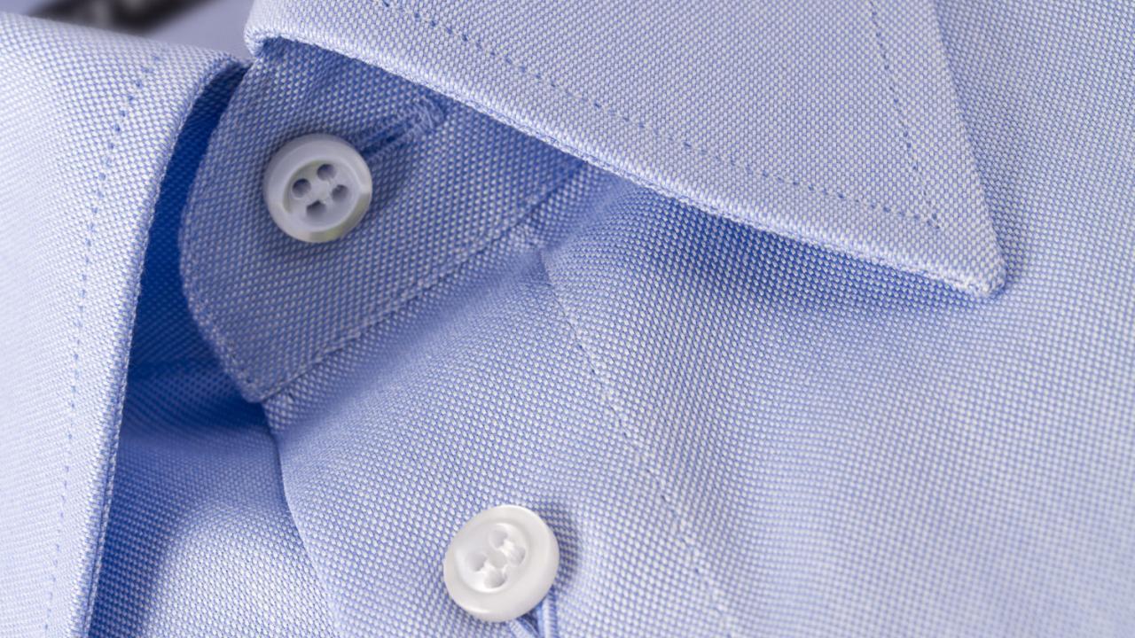 81f3de824bf Τη θέση των κουμπιών που βρίσκονται στην αντίθετη πλευρά. Στα ανδρικά  πουκάμισα τα κουμπιά βρίσκονται στη δεξιά πλευρά, ενώ στα γυναικεία στην  αριστερή.