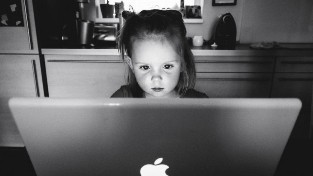 Κορίτσι κάνει ψεύτικο προφίλ γνωριμιών